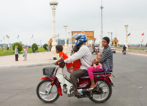 Cambodian family on the motorbike (Phnom Penh, Cambodia)